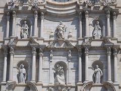 Catedral de Gerona, estatuas (Arnold Metselaar) Tags: kunst kerk beeldhouwwerk fietsvakantie spain sculptuur standbeeld cropped girona