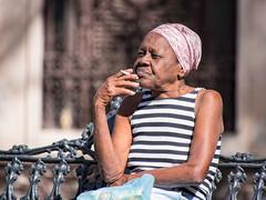 La Habana : A cigaret in the park. (!Michel Grenier!) Tags: park parque portrait pose break zoom havana cuba caribbean cuban parc lahabana telezoom caraïbes havane lumixgvario100300f4056 olympusem5