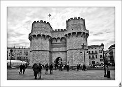 Torres de Serrano (Valencia) (A. Jimnez) Tags: b bw espaa alex valencia j farola towers bn personas bandera belmonte torres serrano jimnez a trayo