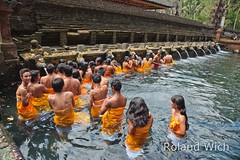Bali - Tirta Empul Temple (Rolandito.) Tags: people bali water indonesia temple asia south group east southeast tirta empul pura indonesien tempel