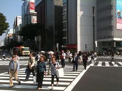 este es el conocido cruce donde ponen todas las luces en rojo y todos cruzan para cualquier lado, un relajo pero ordenado como todo en Japón :)