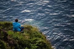 (natudecheshire) Tags: asturias lastres llastres paisaje landscape acantilado chico boy verde green sudadera azul plantas plants sea mar ocean ocano d5100 nikon 55200