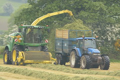 John Deere 8600 SPFH filling a Kane Halfpipe Silage Trailer drawn by a New Holland TM155 Tractor (Shane Casey CK25) Tags: john deere 8600 spfh filling kane halfpipe silage trailer drawn new holland tm155 tractor jd cnh nh mitchelstown county cork