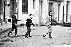 Ti guardo (pinomangione) Tags: pinomangione perstrada street oppidomamartina bambini fotoamatorigioiesi biancoenero monocromo strada persone marciapiede allaperto
