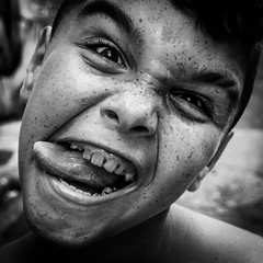 Chewing (Solylock) Tags: 2016 perpignan saintjacques stjacques saint jacques enfant child chewinggum gum gomme noiretblanc blackandwhite nb bw monochrome monochrom streetphotography street photography photo rue photoderue quartier neighboorhood grimace dents teeths langue visa visapourlimage