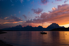 Crescent Moon, Tetons and Jackson Lake at Sunset (Jon Wojan) Tags: wyoming jacksonlake boat sky cielo artardecer sunset clouds atmosphere mountains tetons grandtetons mtmoran mountmoran lake shore jacksonhole outdoors nature signalmountainlodge