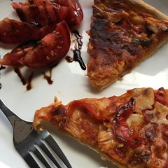 September 14 #dailylunches - leftover pizza and fresh tomato salad (fishbowl_fish) Tags: lunch dailylunches leftovers