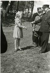 Vidkun Quisling hilser på en jente i forbindelse med Borrestevnet 1941. (Riksarkivet (National Archives of Norway)) Tags: ns worldwarii secondworldwar quisling krigen vidkunquisling andreverdenskrig okkupasjonstiden