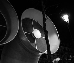 @Beaubourg, la nuit (Jack from Paris) Tags: leica bw paris by night de la boat angle noiretblanc centre wide culture rangefinder national monochrom capture blanche mode et nuit dart chemine lightroom grosse ivre m82 dng georgespompidou bteau imposante 10711 nx2 tlmtrique voigtlandercolorskopar21mmf4 l1002065bw