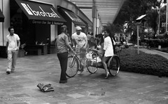 Endless fun with the rickshaw uncle - Singapore (waex99) Tags: street leica boy test girl fun screw hall singapore kodak tmax uncle mount le rickshaw 100asa industar citi brotzeit iiic 50mmf35