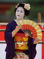 With a pretty fan (Teruhide Tomori) Tags: portrait japan dance kyoto performance maiko   kimono tradition japon odori      canonef300mmf28lis  canoneos5dmark