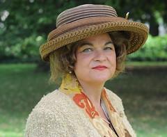 Koningin Beatrix (Mary Berkhout) Tags: maryberkhout haagshistorischfestijn denhaag thehague 8koninginnenuithet200jarigkoningrijk koninginbeatrix paleistuin noordeinde