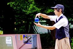 Young Juggler in Ueno Park :  (Dakiny) Tags: 2016 autmn september japan tokyo taito ueno outdoor city street park uenopark zoo uenozoo people group portrait man youngman streetperformer juggler magician bokeh nikon d7000 nikkor 50mm f18 afsnikkor50mmf18g nikonafsnikkor50mmf18g nikonclubit