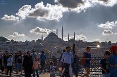 Un paseo por Estambul... (Leo ) Tags: gente mezquita puente pescadores cielo nubes luz estambul turqua