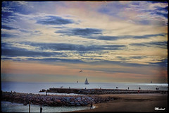 Cuando el Cielo se confunde con el Mar (Modest Minguella (On/Off)) Tags: barcelona sky people clouds gente cel cielo barceloneta nubes gent modest platja nvols espign tamron70300mm playabeach espig canoneos500d mygearandme rememberthatmomentlevel1 rememberthatmomentlevel2 vigilantphotographersunite