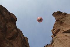 El globo / The balloon (Hesanz photography.) Tags: blue red sky sun sol azul canon turkey eos gris rojo rocks asia day gray balloon colores cielo da rocas cappadocia globo turqua capadocia aerosttico 60d