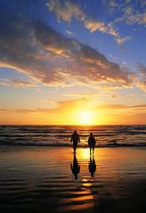 Solnedgang over strand (Varde Kommune) Tags: strand solnedgang sol himmel vand mennesker gtur skyer natur genspejlninger