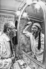 Hay das que es mejor no levantarse... (sairacaz) Tags: autorretrato selfportrait self vigo galicia canon eos550d samyang 8mm fisheye ojodepez negro luz reflection reflejo bn bw