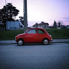 (i k o) Tags: camera red classic car vintage twilight automobile sony 28mm bluehour pocket compact fiat500 cinquecento crepuscolo rossa carlzeiss orablu rx100 variosonnart 28100mmf1849