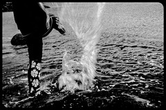 Splash ! (Benn) Tags: sea bw playing beach canon fun blackwhite kid arty 28mm young 28 splash having 60d