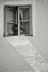 Smile!!! (Explore 15/09/16) (nataliaf.rouces) Tags: villajoyosa rallyfotograficovillajoyosa alicante spain espaa calles ventana window street blancoynegro byn bw