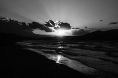Kreta Sundown (hamburgerkunst.com) Tags: griechenland greece beach strand black white sundown sunset sonnenuntergang mittelmeer sonnenstrahlen sunrays