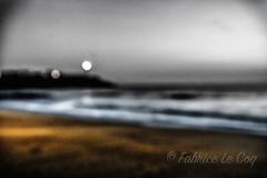 Enraciné (Fabrice Le Coq) Tags: mer plage sable nuage ciel vagues phare éclairage flou océan fabricelecoq