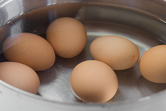 Thưởng thức trứng sốt cay hấp dẫn của Malaysia (leharry89) Tags: boiledeggs cooking egg eggs food hardboiled howtomakeboiledeggs peelingeggs softboiled