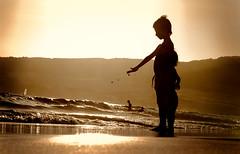 Puesta del sol (Loiamax) Tags: tramonto puestadelsol sunrise tarifa playa el tumbao valdevaqueros summer estate andalusia andalucia sand sea mare silhouette child