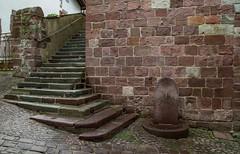 Saint-Jean-Pied-de-Port - Fontaine et escalier (jpdelalune) Tags: saintjeanpieddeport fontaine escalier lesplusbeauxvillagesdefrance aquitaine france