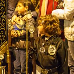 Atentamente (Frankness2008) Tags: santa españa canon eos noche huesca gente zoom jesus personas cruz nocturna aragon cristo tamron 18200 semana cristiano rostro estandarte jaca catolico callejera