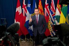 Premier/premier ministre McGuinty speaks to media/parle aux médias