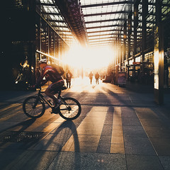 Temporary Gold (Philipp Gtze) Tags: street light sunset bike gold dresden centrumgalerie gacklighting