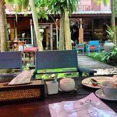 ร้านบรรยากาศสวนหลังบ้านแบบ tropical garden กาแฟBON เบเกอรี่อร่อย เปิดเพลงเพราะ แถมฟรีไวไฟจ้า #ubonratchathani #ipixxtrip