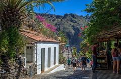 Rincones de Tenerife... (Leo ) Tags: masca pueblo montaas calle rural gente verano flores calor paseo tenerife islascanarias