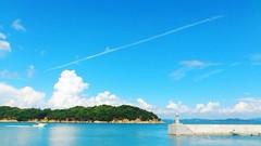 のどかな時間 (シュナイダー小林) Tags: blue sea summer sky 夏 海 空 青 iphone 飛行機雲
