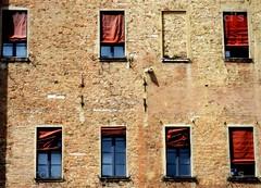 Le finestre dei pensieri (Marci's) Tags: windows window nikon italia finestra ferrara palazzo castello finestre castelloestense d5100