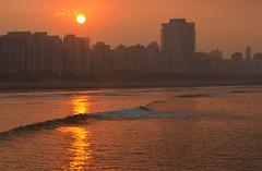 Bom dia, Santos! (De Santis) Tags: ocean city sea cidade brazil sky sun sol brasil skyline sunrise mar nikon sãopaulo sigma céu sp santos 70300mm nascendo d5100 fernandodesantis