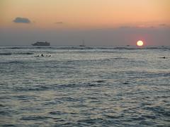 sunset /horizon (kenjet) Tags: sunset waikiki beach oahu hawaii horizon evening water ocean pacific waikikibeach pacificocean sun