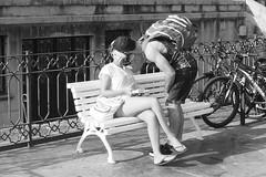 El beso (no sabemos cmo llamarnos) Tags: love amour amor pareja streetphotography street candid blancoynegro blackandwhite noiretblanc kiss beso