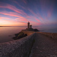 The watcher (Traezh) Tags: bretagne breizh finistre pennarbed petitminou phare lighthouse light littoral matin morning aube dawn rade brest plouzan chemin path pavs pavage watcher veilleur panora