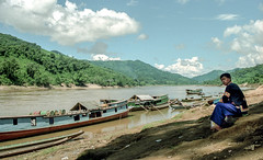 Laos : Mekong #4 (foto_morgana) Tags: analogphotography analogefotografie asia boat clouds ethnic ethnicity ethnie etnia etniciteit indochina landscape laos mekongriver minderheden minorities mountainous nikoncoolscan outdoor panoramic people photographieanalogue scenic traditionalculture transport travelexperience vuescan water