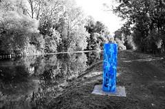 Bleu-bite (Jean-Luc Léopoldi) Tags: cutout sélective scarpe rivière chemindehalage poteautaggé bleu