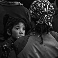 Ladakh - Enfant  Tiagmosgang (Gilles Daligand) Tags: inde india tiagmosgang enfant regard mre noiretblanc bw monochrome ladakh personnes daughter littlegirl tendresse tenderness amour love