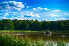 Wasserspiele (DommyLovesPhotography) Tags: schlossseehof memmelsdorf figurenweiher weiher himmel wolken natur