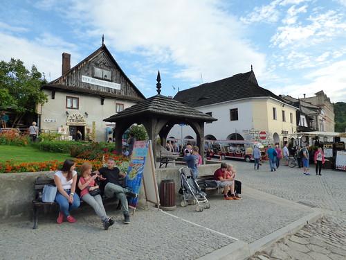 Kazimierz-Dolny - market square, well head