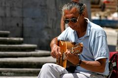 Tocando unos acordes (raperol) Tags: airelibre guitarra msica calle street retrato