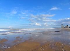 Ayer llovi, y el mar se ha puesto burro... no tanto como el Atlntico, claro. Pero la olas han llegado a cubrir casi toda la arena. (AGirau ...) Tags: cieloazul agirauflickr flickr agirau playa arena oleaje olas marea mar mediterraneo