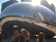 como una gran gota de mercurio se encuentra el Cloud Gate de Kapoor en el MillenniumPark de Chicago
