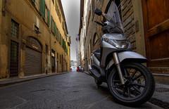 Callejon en Florencia (DrAzteca) Tags: calle europa florencia italia motocicleta transporteterrestre vespa empedrado